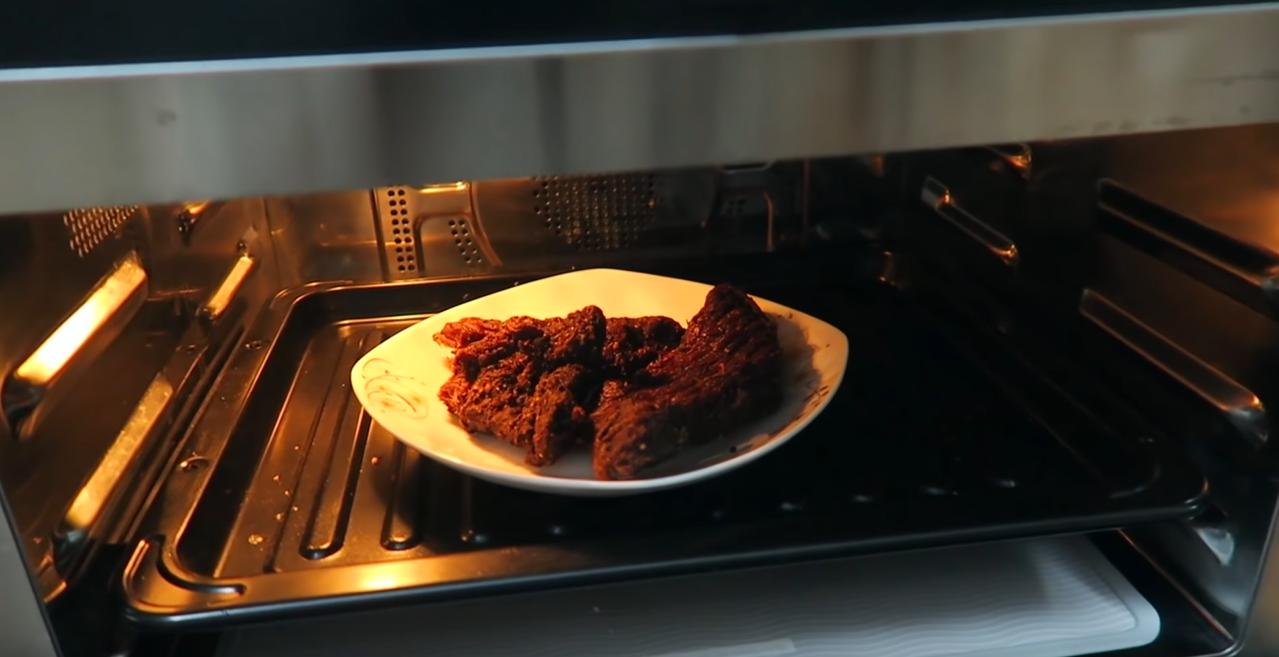 Chế biến thịt trâu gác bếp bằng lò vi sóng